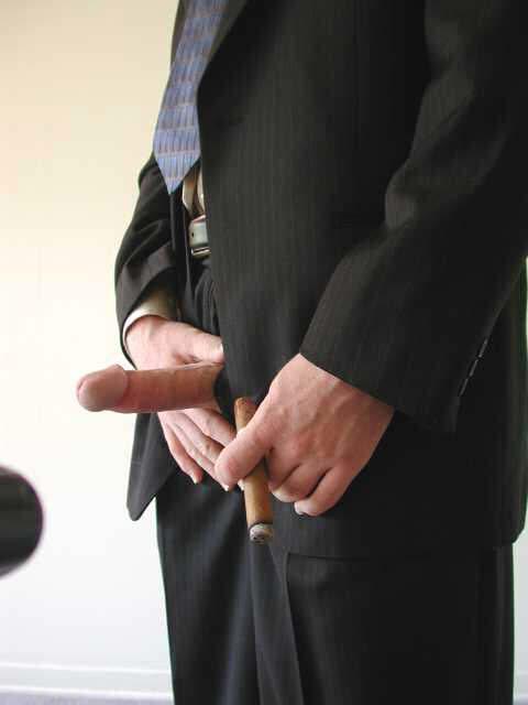 Patron en costard avec un cigare