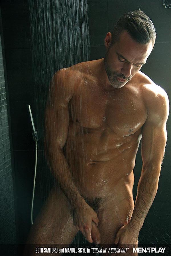 associé senior gay sous la douche