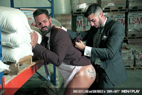 Sodomisé en costard cravate sur lieu de travail