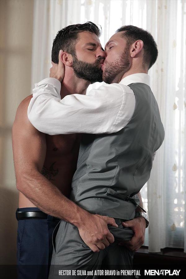 marié hétéro embrasse le témoin en costume