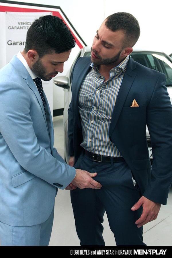 exhib gay voiture homme musclé poilu