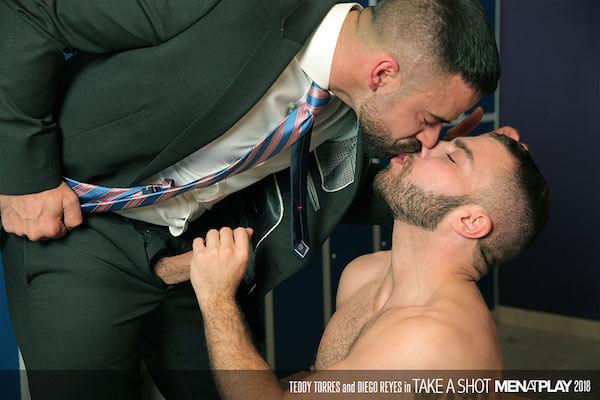 entraineur en costume cravate embrasse un joueur